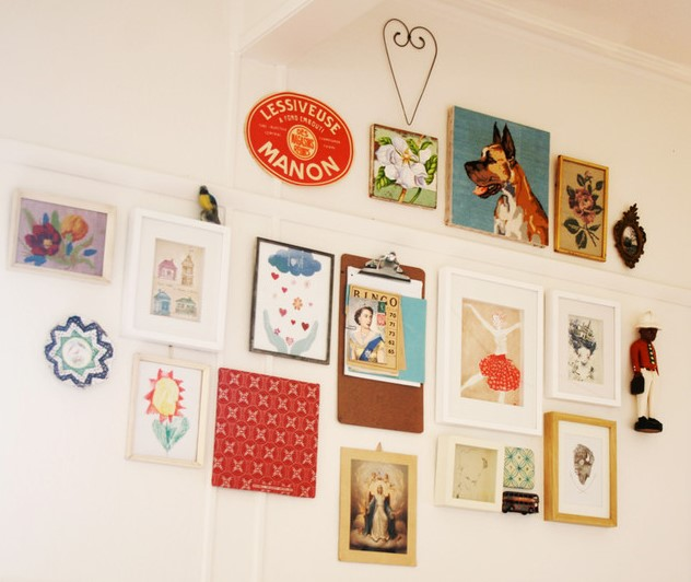 Hanging various pictures on the wall 1